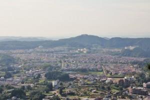 日和田山から見た武蔵台と 多峰主山(とうのすやま)